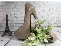 Женские туфли Christian Louboutin на каблуке бежевые KF0537
